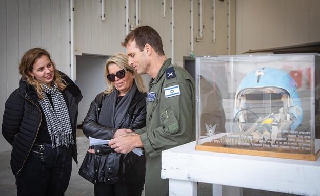 משפחת גורי קיבלה את הקסדה ממפקד הטייסת