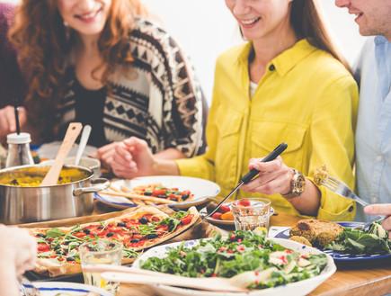 אנשים אוכלים (צילום: Photographee.eu, shutterstock)