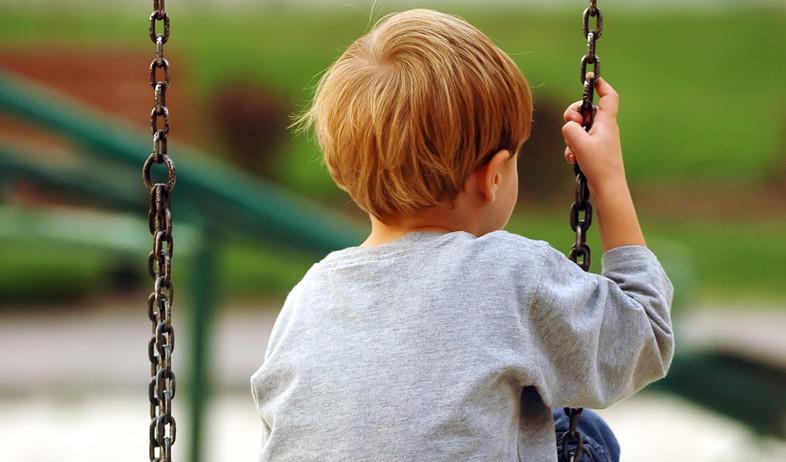 ילד עצוב על נדנדה (צילום: vladm, shutterstock)