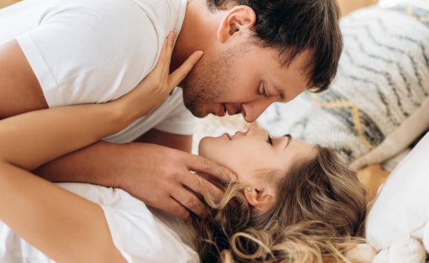 גבר ואישה מתחבקים במיטה