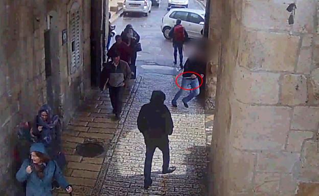 תיעוד המחבל רץ עם הסכין (צילום: דוברות המשטרה)