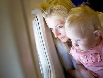 אמא וילדה במטוס