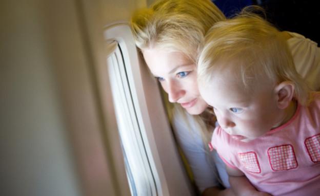 אמא וילדה במטוס (צילום: אימג'בנק / Thinkstock)