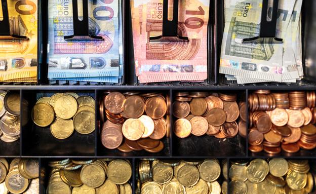 קופה עם שטרות ומטבעות אירו (צילום: Dante Busquets, shutterstock)