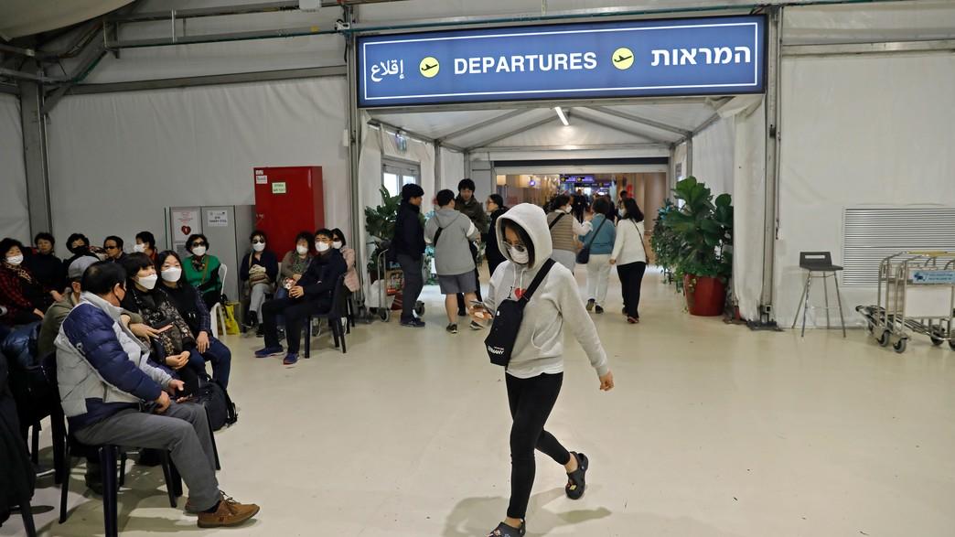 תיירים דרום קוריאנים ששבו מטיול בישראל (צילום:  AHMAD GHARABLI, AFP)