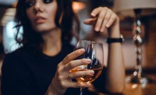 אישה שותה יין (צילום: shutterstock    sergey causelove)