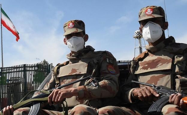 חיילים עם מסיכות בגבול איראן פקיסטן