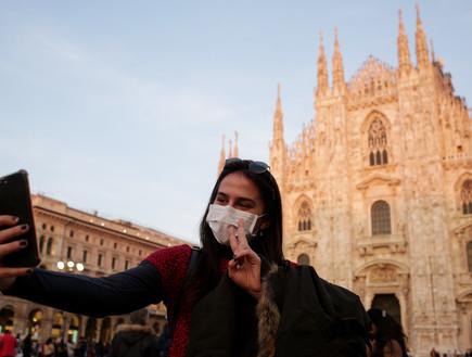 אישה עם מסכה במילאנו (צילום: praszkiewicz, Shutterstock)