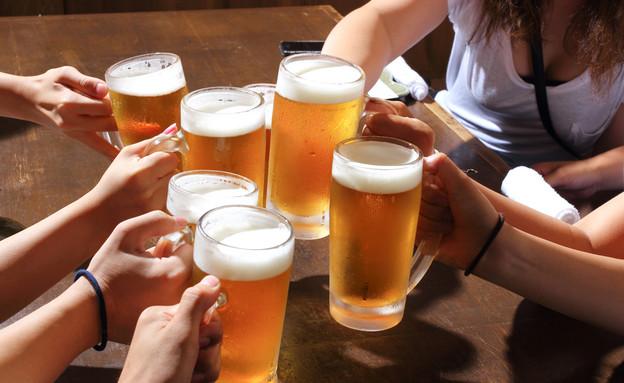 שותים בירה (צילום: taa22, shutterstock)