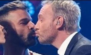 ריקי מרטין מנשק את המנחה (צילום: מעמוד האינסטגרם martincarcamopapic)