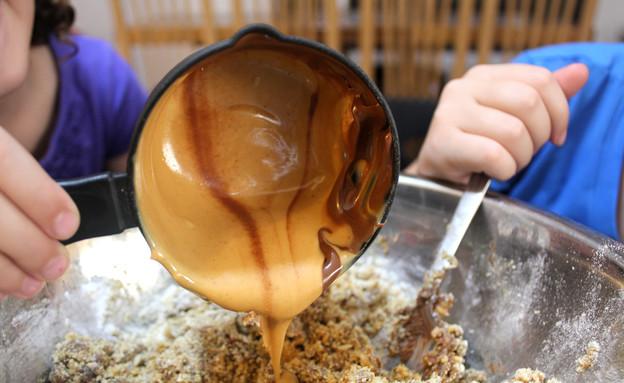 כדורי חמאת בוטנים ונוטלה - בהכנה (צילום: אסתי רותם, אוכל טוב)