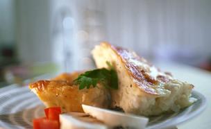 פשטידת בצל וגבינות צהובות קשות (צילום: אמהות מבשלות ביחד, ערוץ 24 החדש)