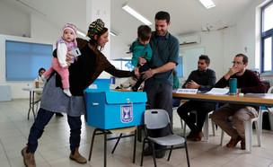 משפחה מצביעה בבחירות 2020 (צילום: רויטרס)