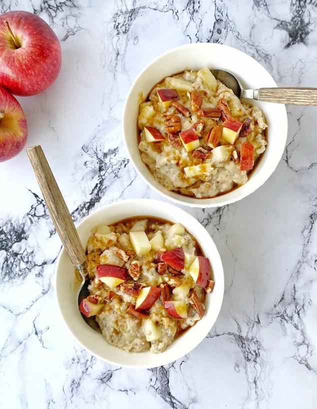 דייסת פאי תפוחים. ארוחת בוקר מזינה וטעימה