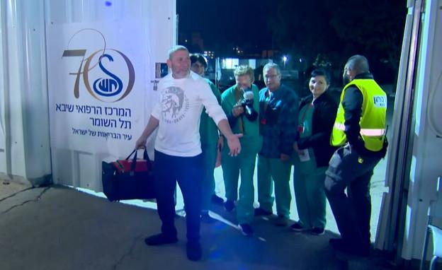 רוני בר-גיל שהשתחרר מבידוד בבית החולים תל השומר (צילום: N12)