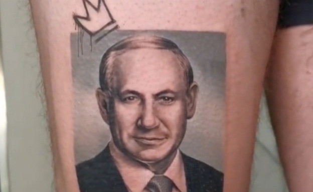 """האיש שקעקע על רגלו את פרצופו של נתניהו (צילום: מתוך """"חדשות הבוקר"""" , קשת 12)"""