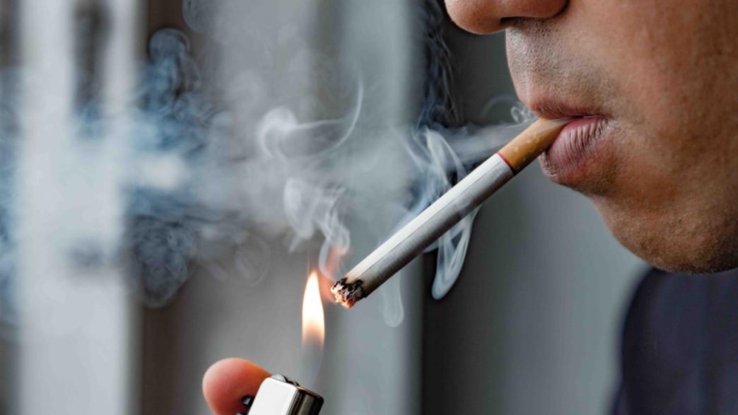 גבר מעשן (צילום:  Nopphon_1987, shutterstock)