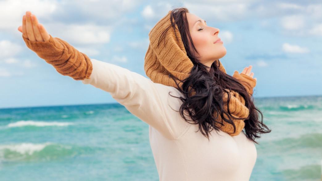אישה נושמת עמוק בחוף הים (אילוסטרציה: Shutterstock)