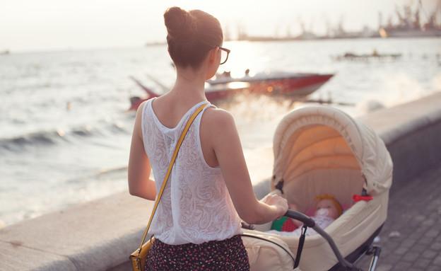 אמא עם עגלת תינוק (צילום: Rasstock, shutterstock)