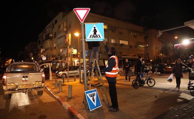 עשרות תמרורים עם דמויות נשיות הוצבו הלילה בתל אביב