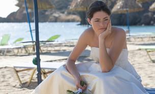 כלה עצובה יושבת על כסא ים בחוף (אילוסטרציה: Juice Flair, shutterstock)