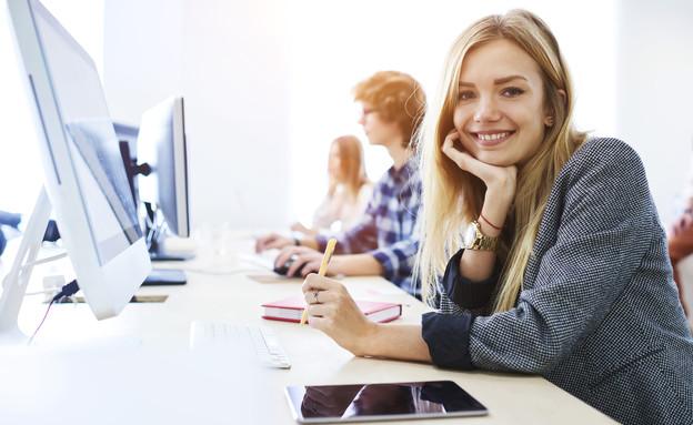 סטודנטית מול מחשב (צילום:  GaudiLab, shutterstock)