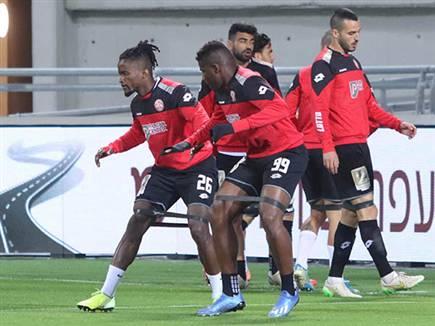 בכדורגל קשה לשמור על מרחק בין בני אדם (דני מרון)