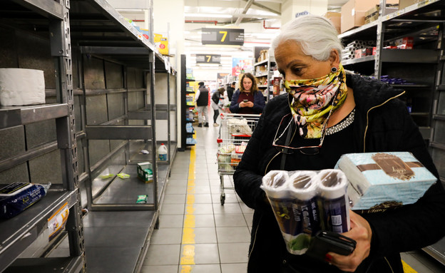 אישה קונה מוצרים בגלל הקורונה (צילום: יוסי זמיר, פלאש 90)