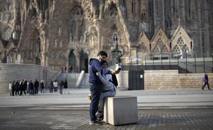 זוג מצטלם מחוץ לכנסיית פמיליה סגרדה הסגורהבברצלונה (צילום: Joan Mateu, ap)
