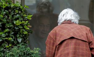 קשישים בבידוד בגלל הקורונה, למצולמים אין קשר לכתבה (צילום: רויטרס)