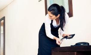 חדרנית גונבת כסף מארנק (אילוסטרציה: kateafter | Shutterstock.com )