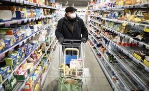 גבר גרמני עורך קניות בסופרמרקט בגרמניה (מרץ 2020) (צילום: Kay Nietfeld, ap)
