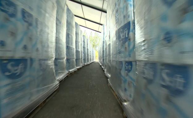 ביקור במפעל לנייר טואלט (צילום: החדשות 12)
