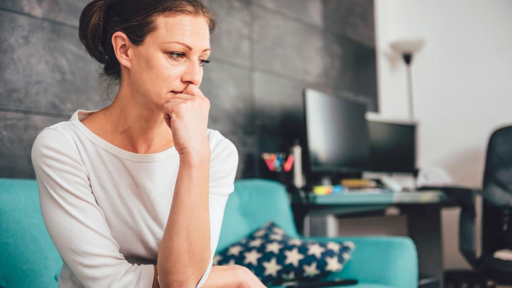 אישה חרדה, מודאגת (צילום: Zivica Kerkez, shutterstock  )