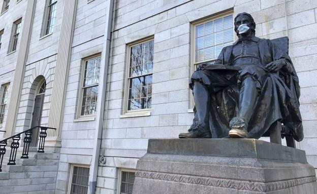 פסל ג'ון הארוורד באוניברסיטת הארוורד (מרץ 2020)