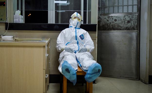 איש צוות רפואי עם ביגוד מגן