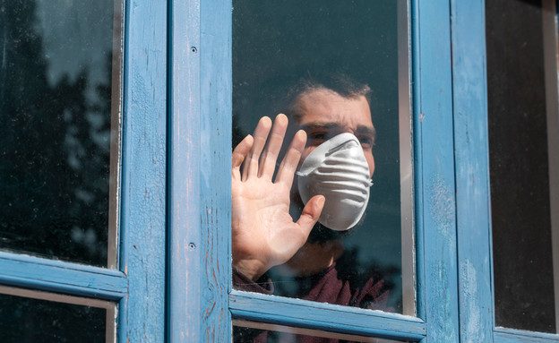 איש במסכה בבידוד (צילום: Deliris, shutterstock)