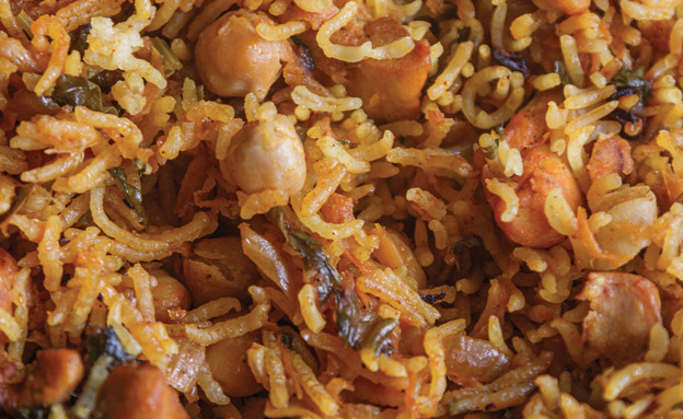 """סיר אורז עם פרגיות (צילום: חגית ביליה וגיא בהר, """"קל, קל, קל"""", הוצאת מודן)"""