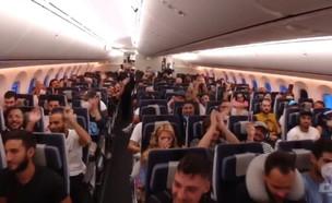 החוזרים מפרו על המטוס (צילום: החדשות 12)