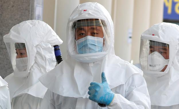 איש צוות רפואה בדרום קוריאה (צילום: רויטרס)