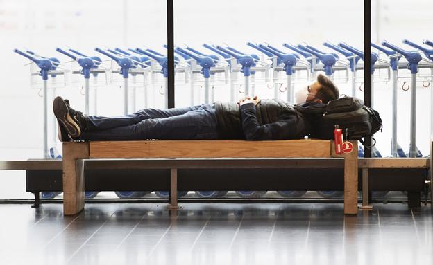 גבר בשדה התעופה בסטוקהולם (מרץ 2020) (צילום: Nils Petter Nilsson, getty images)