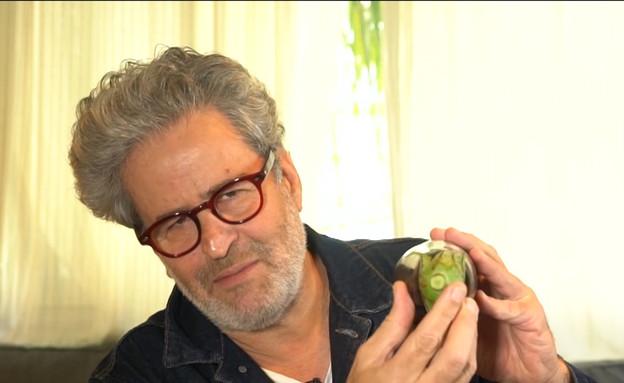 """אייל שני מסביר מהו סוד הקסם של החציל (צילום: מתוך """"חדשות הבוקר"""" , קשת 12)"""