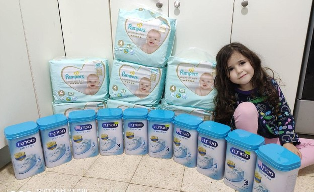 ישראלים שהצטיידו במזון וציוד לתינוקות (צילום: תמיר ברקו )