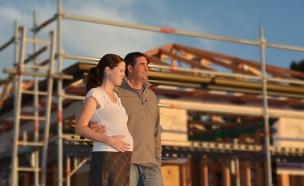 זוג עומד מול בית בנייה (אילוסטרציה: ChameleonsEye, Shutterstock)