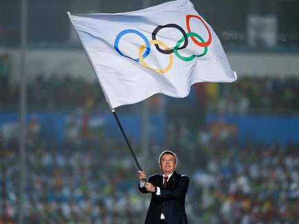 הדגל האולימפי יירד לחצי התורן? (Getty)