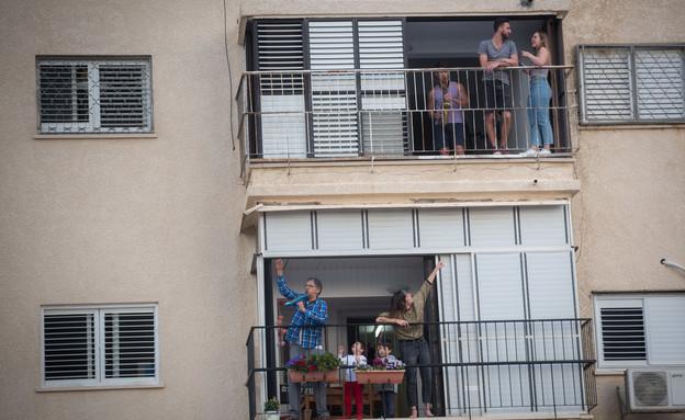 תושבים בבידוד בבית מרפסת (צילום: מרים אלסטר פלאש 90)