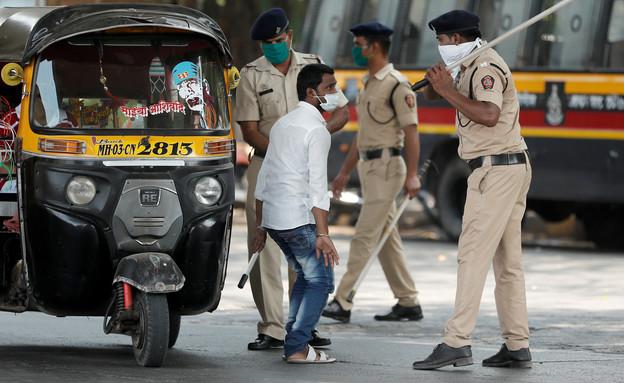 אכיפת הגבלות קורונה בהודו (צילום: רויטרס)