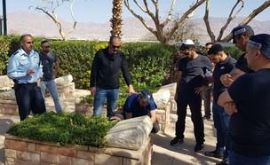 השוטרים בקברו של החייל (צילום: חטיבת דוברות  משטרת ישראל)