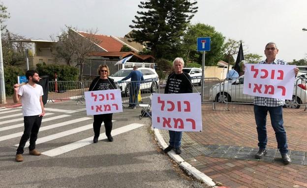 מפגינים מחוץ לביתו של גנץ הבוקר