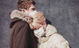 זוג בימי הקורונה (צילום: shutterstock | Maksim Ladouski)